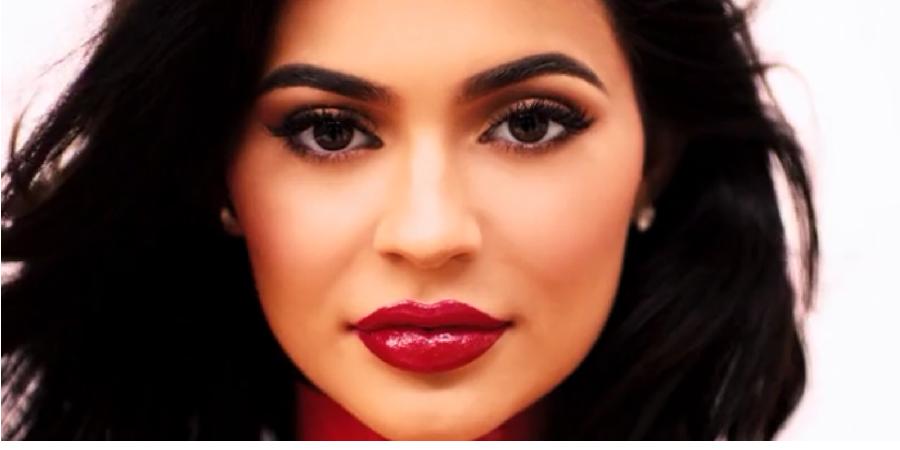 Kylie Jenner vende linha de cosméticos por 540 milhões