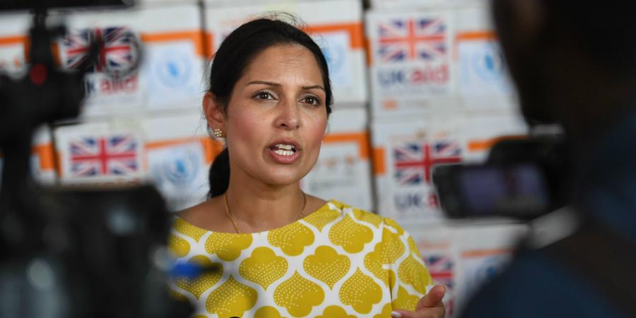 «Porque é que são todos tão inúteis?». Ministra britânica acusada de bullying aos funcionários